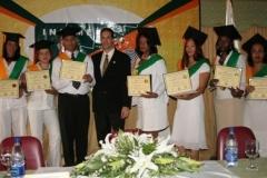 El Dr. Bachá Arbaje, director del INSIMED, junto a los graduados