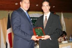 Dr. Fauzi Bachá Arbaje al momento de entregar una placa de reconocimiento al Dr. Adrián Almonte.