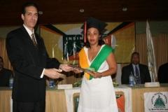 El Dr. Fauzi Bachá Arbaje entregando el certificado de Sonografista General