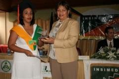 La Lic. María Elena entregando el Premio a la Excelencia que otorga el INSIMED, por méritos académicos