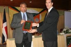 El Dr. Juan Álvarez al momento de recibir una placa de reconocimiento por su ardua labor, de parte del Dr. Fauzi Bachá Arbaje.