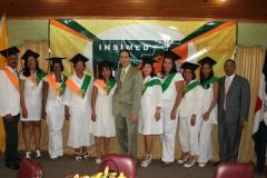El director del INSIMED, Dr. Bachá Arbaje, y el Dr. Luis Pichardo junto a parte de los graduados.