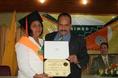 Dra. Rosanna de León recibiendo su diploma de las manos del Dr. Tomás Caraballo.