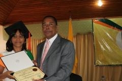 Dra. Vanna de la Rosa Pérez recibiendo su diploma de las manos del Dr. Luis Pichardo.
