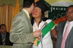 Momento en que la Dra. Juana Álvarez fue premiada con la medalla al mérito, por su perseverancia y dedicación hasta lograr el éxito.