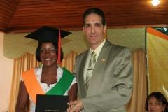 Dra. Carmen Cuevas recibiendo su diploma de las manos del Dr. Bachá Arbaje, director docente.
