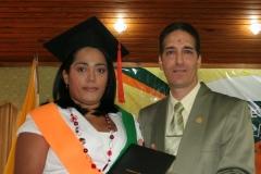 Dra. Dania Sánchez recibiendo su diploma de las manos del Dr. Bachá Arbaje, director docente.