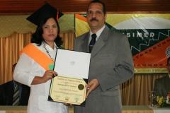 Dra. Elida Bretón Mármol recibiendo su diploma de las manos del Lic. Arnol Ramsés Bachá.