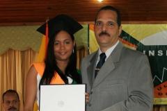Dra. Madelys Tavárez recibiendo su diploma de las manos del Lic. Arnol Ramsés Bachá.