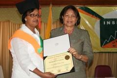 Dra. María Sosa recibiendo su diploma de las manos de la Lic. María Elena Cruz.