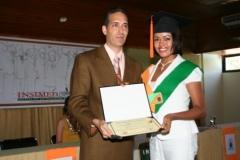 El Dr. Bachá Arbaje entregando el diploma de Sonografista General.