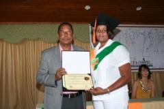 El Dr. Luis Pichardo entregando el diploma de Sonografista General.