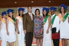 El Dr. Bachá Arbaje y la Dra. Katihurca Almonte junto a parte de los graduados.