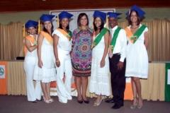 La Dra. Katihurca Almonte junto a parte de los graduados.