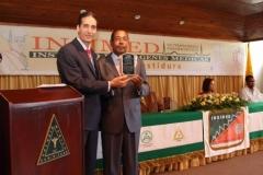 El Dr. Bachá Arbaje hace entrega de una placa de reconocimiento al Hospital de la Mujer Dominicana, el cual estuvo representado por el Dr. Luis Pichardo.