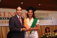 La Dra. Judelkis Espinal, por sus excelentes calificaciones, recibió de manos del Dr. Bachá Arbaje el Premio a la Excelencia que otorga el INSIMED en la especialidad de Sonografía General.