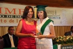 La Dra. Katihurca Almonte, profesora del diplomado en Doppler Vascular, hace entrega a la Dra. Cecilia Beatriz Signorini del Premio a la Excelencia que otorga el INSIMED en esta especialidad, por méritos académicos.