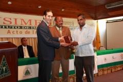 El INSIMED otorgó una placa de reconocimiento al Colegio Médico Dominicano por su respaldo y aval en la misión que realiza el instituto. Lo reciben el Dr. Luis Felipe Encarnación, Secretario de Educación Médica, y el Dr. Hemenegildo Cedeño, Gerente Administrativo.