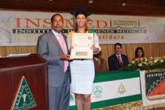 El Dr. Luis Pichardo hace entrega del certificado de Sonografista General a la Dra. Aura Lisdelia Cabrera Raposo.