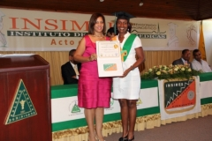 La Dra. Katihurca Almonte hace entrega del certificado de Sonografista General a la Dra. Awilda Nolasco Otíz.