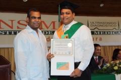 El Dr. Luis Felipe Encarnación, del Colegio Médico Dominicano, hace entrega del certificado de Sonografista General al Dr. Juan O. Torres Rodríguez.