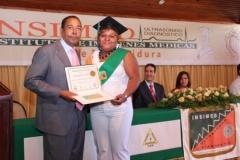 El Dr. Luis Pichardo hace entrega del certificado de Sonografista General a la Dra. Ingrid Betances.