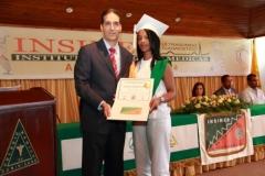 El Dr. Fauzi Bachá Arbaje hace entrega del certificado de Radiología General a Leidy Laura González.
