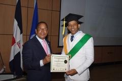 Dr. Luis Pichardo hace entrega del certificado de Sonografista General al Dr. Abrahan Encarnación