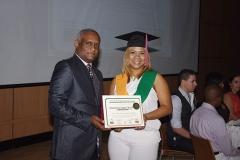 Dr. Sócrates Díaz hace entrega del certificado del diplomado en Doppler Vascular Periférico a la Dra. Yasil Elena Vásquez