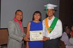 Lic. Freudy Rodríguez hace entrega del certificado de Radiología General a Enyer Agramonte