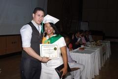 Profesor Yancarlos Pagán hace entrega del certificado de Radiología General a Laura F. De los Santos