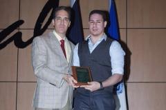 profesor Yancarlos Pagán recibe una placa de reconocimiento por su ardua labor a favor de la educación de los estudiantes del INSIMED