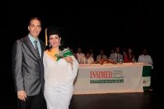 Dr. Bachá Arbaje entrega Premio a la Excelencia a la Dra. Anneliesse Rincón, por sus méritos académicos