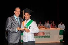 Dr. Bachá Arbaje entrega Premio a la Excelencia al Dr. Rafael S. Borromé, por sus méritos académicos
