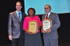 Dr. Bachá Arbaje entrega reconocimiento al Dr. Olando Miguel Crespo Vargas y a la Lic. Marcelina Agüero, pionera en la rama técnica de los Rayos X