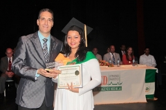 Dr. Bachá entrega Premio a la Excelencia a la Dra. Jeannethe del Carmen Ruiloba, por sus méritos académicos