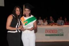 Dra. Madelys Tavárez entrega Premio a la Excelencia a la Dra. Claritza Alejandra, por sus méritos académicos