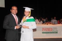 Lic. Freudy Rodríguez entrega Premio a la Excelencia a Angélica Ramos, por sus méritos académicos