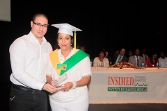profesor Yancarlos Pagán entrega Premio a la Excelencia a Martha Espinal, por sus méritos académicos