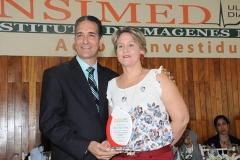 Dr. Bachá Arbaje entrega reconocimiento a la Sra. Violeta Melo