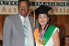 Dr. Félix María Dotel Medina entrega medalla a la Dra. Claudia Aimee Bautista