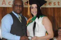Dr. Sócrates Díaz entrega medalla a la Dra. Paola Esther Castillo