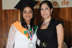 Dra. Jenny Marcano entrega medalla a la Dra. Rhina Isabel Morales