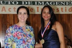 Dra. Olga Pérez entrega medalla a la Dra. Madelys Tavárez