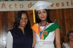 Lic. Dorka M. Moreta entrega medalla de Premio al Mérito a Yendrina González