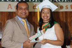 Lic. Freudy Rodríguez entrega Premio a la Excelencia a Elimi Cristina Peralta