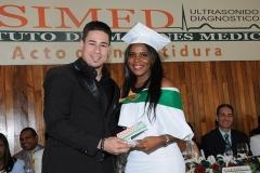 profesor Yancarlos Pagán entrega Premio a la Excelencia a Escarlett Josefina Dionicio