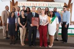 staff del INSIMED entregan placa de reconocimiento al Dr. Bachá Arbaje