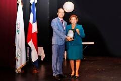 Dr. Bachá Arbaje entrega placa de reconocimiento a la Lic. María Elena Cruz, rectora de UTESA