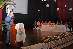 Dr. Bachá Arbaje mientras pronuncia las palabras de bienvenida